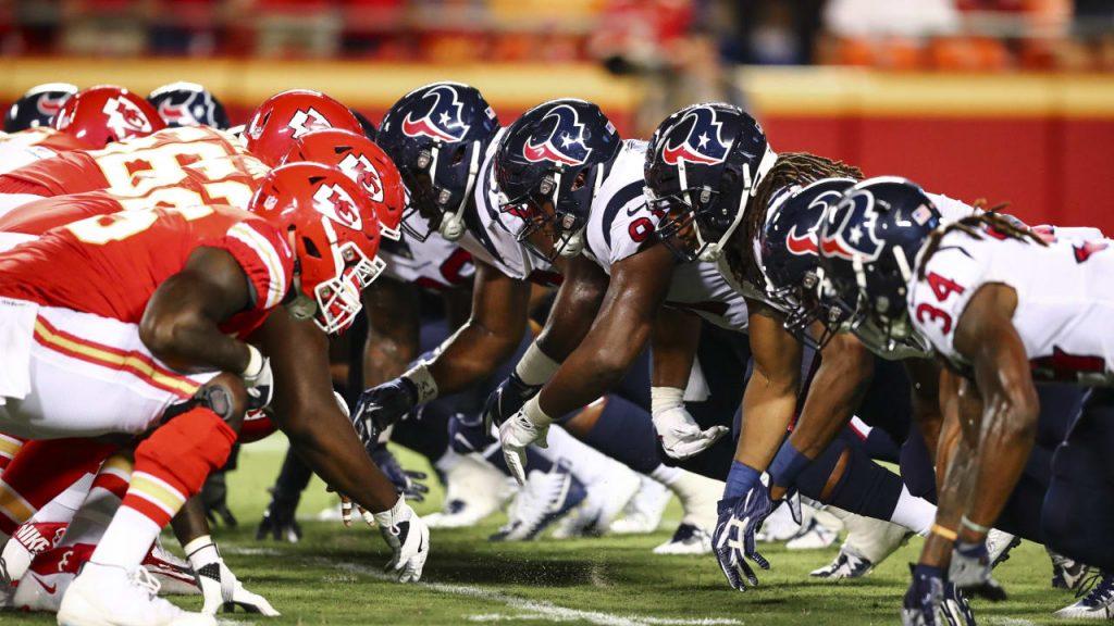 Alguns fãs foram instruídos a colocar em quarentena quando entraram em contato com uma pessoa infectada no jogo Texans-Chiefs. 2